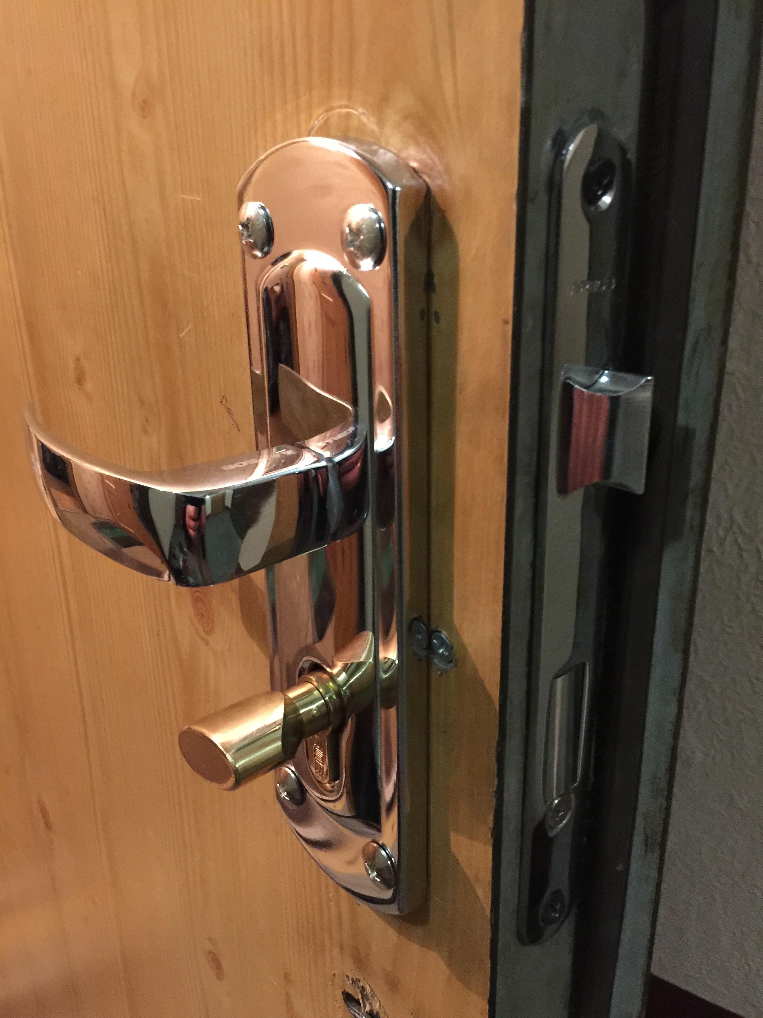 Установка ручки дверей
